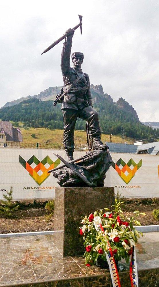 Клавсуц Д.В. Памятник военному альпинисту