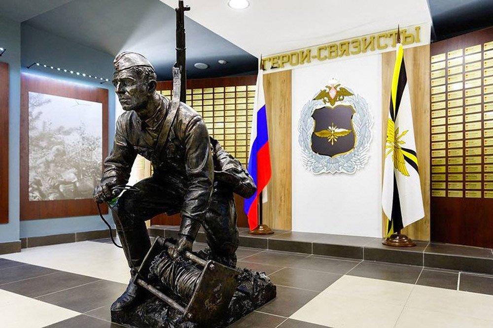 Клавсуц Д.В. Памятник военному связисту